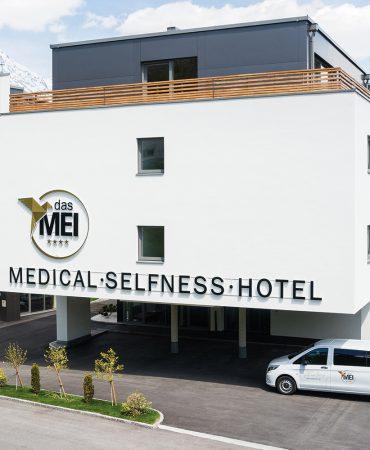 dasmei-hotel-innsbruck-wellnesshotel-tirol-mutters-terrasse_sommer_sonne-sommeraufnahme-hotelaufnahme-eingangsbereich-01